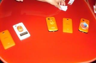 Smartphones con FirefoxOS en mesa de Firefoxmanía