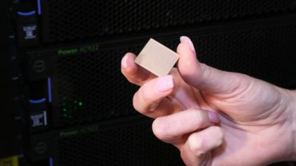 IBM Power9 sujeto por mano de mujer