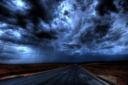 Carretera y cielo nuboso oscuro